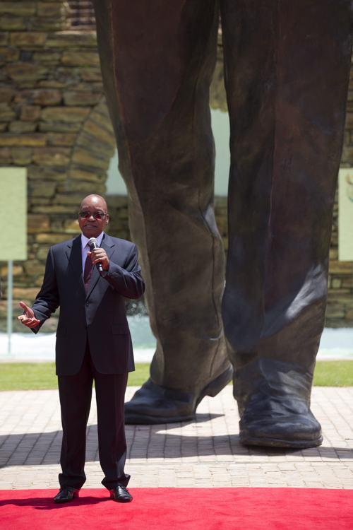 Девятиметровый памятник Нельсону Манделе установили в столице ЮАР