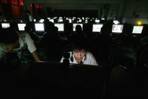Молодой человек в Интернет-салоне города Ухань, Китай. Фото: Cancun Chu/Getty Images | Epoch Times Россия