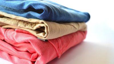 С чем носить цветные джинсы?