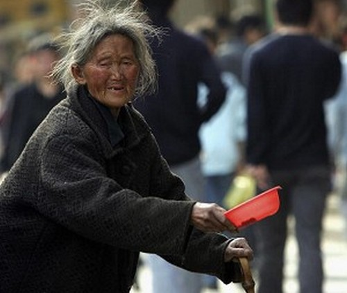 Китайский фонд, из которого выплачиваются пенсии и пособия, терпит миллиардные убытки. Фото: China Photos/Getty Images   Epoch Times Россия