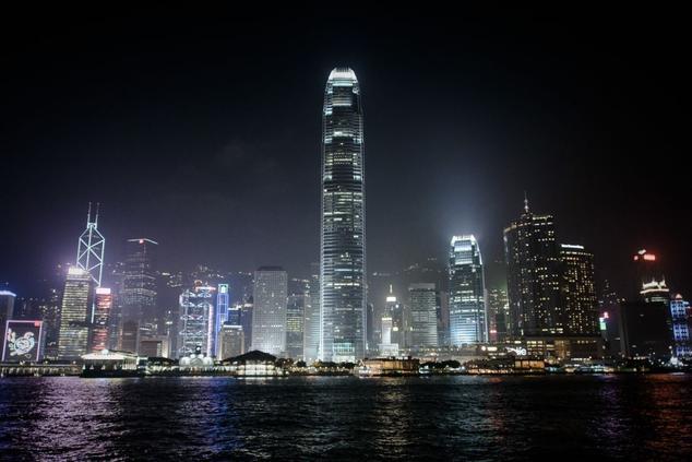 Ночная панорама Гонконга с видом на гавань Виктория. Фото: PHILIPPE LOPEZ/AFP/Getty Images | Epoch Times Россия