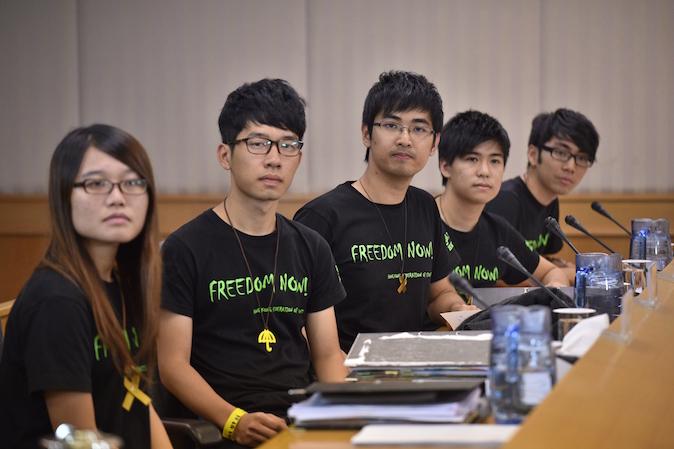 Лидеры Федерации студентов Гонконга (слева-направо) Ивонн Лён, Натан Лав, Алекс Чоу, Лестер Шум и Исон Чун прибыли для переговоров с властями по прекращению протестов 21 октября 2014 года. Фото: Philippe Lopez/AFP/Getty Images | Epoch Times Россия