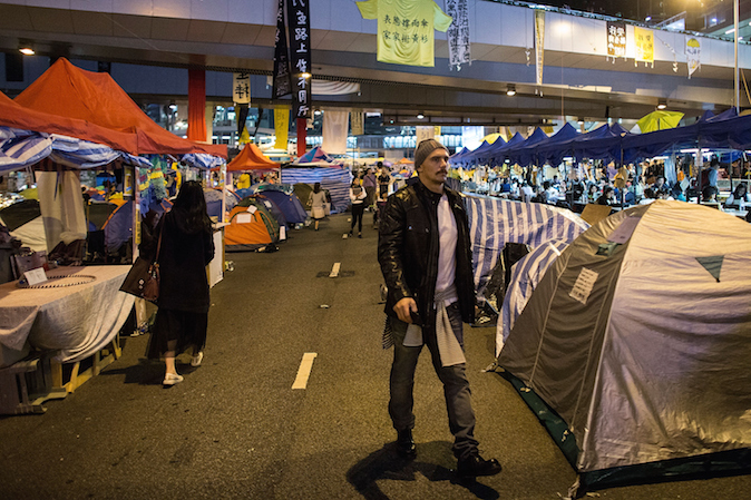 Человек, как две капли воды похожий на американского актёра Джеймса Франко, прогуливается в лагере протестующих в Адмиралтействе 21 ноября 2014 года, Гонконг. Фото: Lam Yik Фэй/Getty Images   Epoch Times Россия
