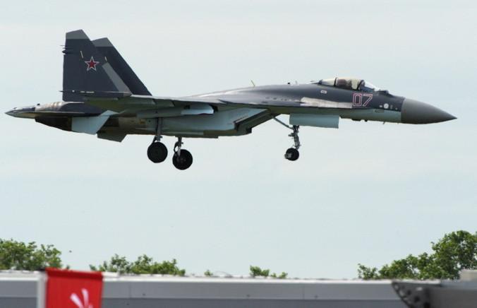 Российский истребитель Су-35С. Фото: ERIC PIERMONT/AFP/Getty Images | Epoch Times Россия