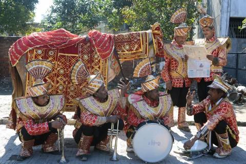 Участники индийского свадебного оркестра ждут на перекрёстке, 6 февраля 2013 г. С середины октября по январь в Индии время свадеб, и улицы наполняет какофония традиционных барабанов и медных духовых инструментов. Фото: Narinder Nanu/AFP/Getty Images | Epoch Times Россия