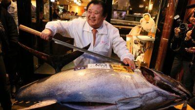 В Токио на аукционе продали гигантского тунца за $37,5 тысячи