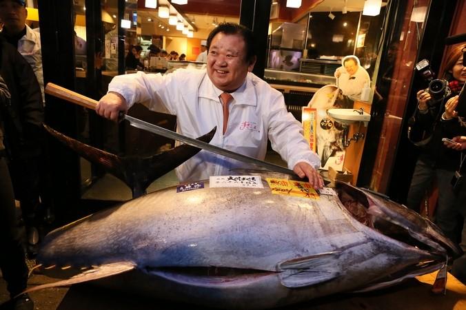 Владелец сети Kiyomura Киёси Кимура с тунцом в 180 кг, рынок Цукидзи, Токио, 5 января, 2015 года.  Фото: Ken Ishii/Getty Images | Epoch Times Россия