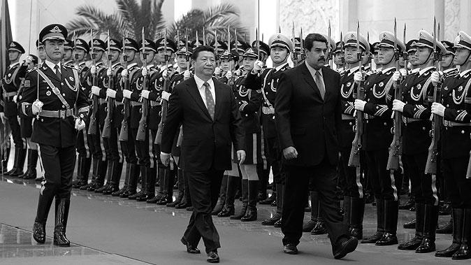 Президент Венесуэлы Николас Мадуро (справа) идёт с лидером Китая Си Цзиньпином мимо почётного караула в Пекине 7 января 2015 года. Фото: Andy Wong/Getty Imgaes | Epoch Times Россия