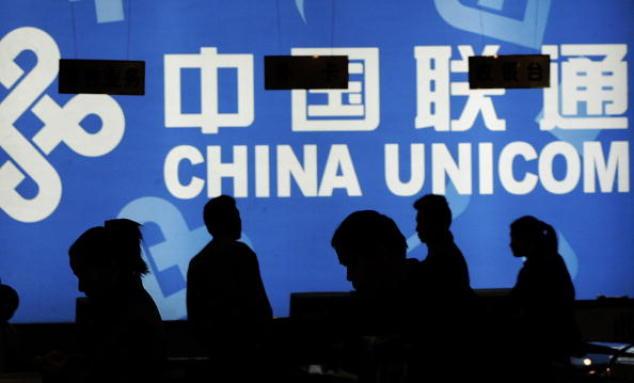 Клиенты смотрят на продукты China Unicom в телекоммуникационном магазине в Пекине 9 ноября 2004 года. Из-за внутренней борьбы за власть были арестованы том-менеджеры этой крупной компании мобильной связи. Фото: Peter PARKS/AFP/Getty Images   Epoch Times Россия