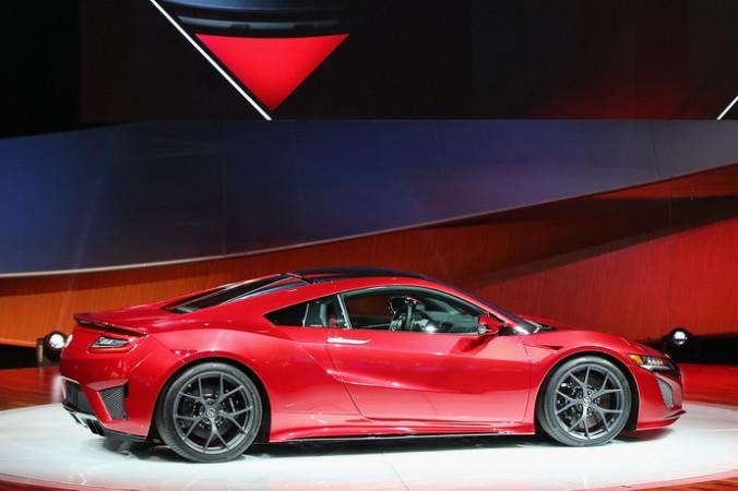 Спорткар Acura NSX. В Детройте (штат Мичиган) для широкой публики открылось знаменитое автомобильное шоу. Фото: Scott Olson/Getty Images   Epoch Times Россия
