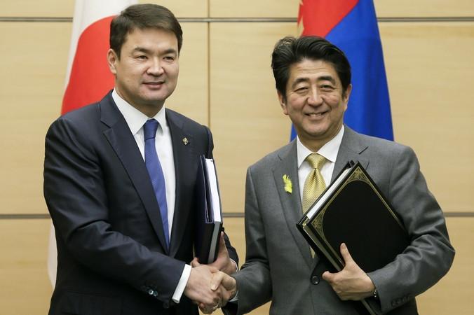 Премьер-министр Монголии Чимэдийн Сайханбилэг и премьер-министр Японии Синдзо Абэ на встрече в Японии, 10 февраля, 2015 год. Фото: KIMIMASA MAYAMA/AFP/Getty Images | Epoch Times Россия