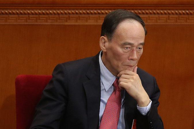 Ван Цишань, возглавляющий антикоррупционную кампанию в Китае, участвует в заседании в Пекине 5 марта 2014 года. Государственные СМИ недавно рассказали о методах ловли коррумпированных чиновников. Фото: Feng Li/Getty Images | Epoch Times Россия