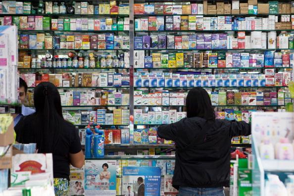 Клиенты покупают препараты в гонконгской аптеке 18 ноября 2013 года. Цена 90% всех отпускаемых по рецепту лекарств в Китае завышена, как заявил китайский чиновник. Фото: Anthony Wallace/AFP/Getty Images   Epoch Times Россия