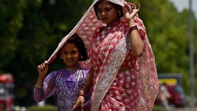 Уникальная книга: как правильно надевать сари (видео)