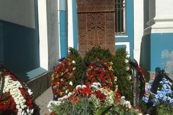 Цветы к хачкару в день столетия геноцида армян