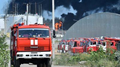 На севере Москвы горит склад