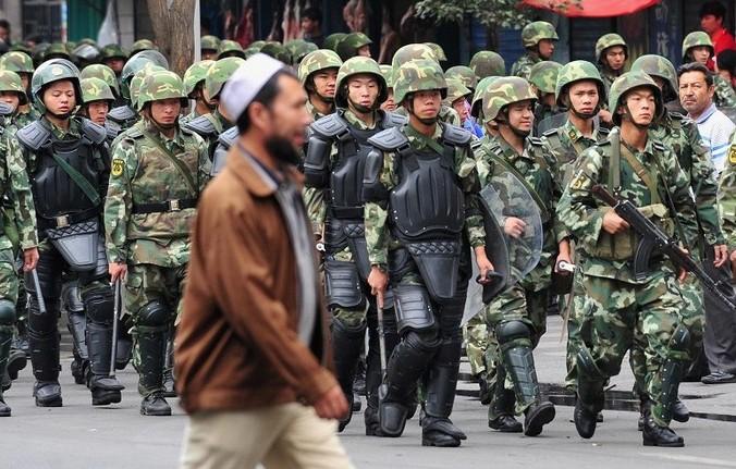 В последнее время власти Пекина усиливают контроль над уйгурами в Синьцзяне. Фото: FREDERIC J. BROWN/AFP/Getty Images   Epoch Times Россия