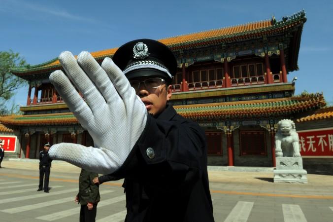 Китайский полицейский запрещает фотографировать возле Чжуннаньхай (китайский Кремль) в Пекине 11 апреля 2012 года. Фото: МАРК RALSTON/AFP/Getty Images   Epoch Times Россия