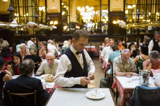 Люди обедают во французском ресторане Chartier в Париже, 23 июля 2013 г. Фото: Fred Dufour/AFP/Getty Images | Epoch Times Россия