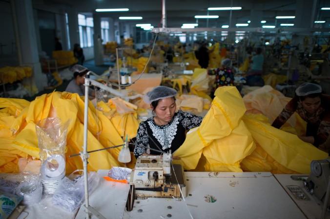 Женщина трудится на фабрике в городе Аньцю, в 500 км к югу от Пекина. Фото: Johannes Eisele/AFP/Getty Images | Epoch Times Россия