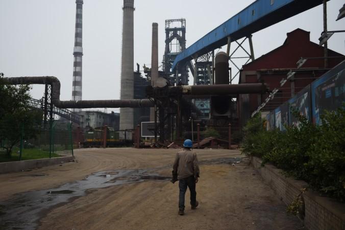 Заброшенный металлургический комбинат в Пекине 28 мая 2015 года. Убыточное предприятие выпустило сталь в последний раз в 2011 году. Фото: Greg Baker/AFP/Getty Images   Epoch Times Россия