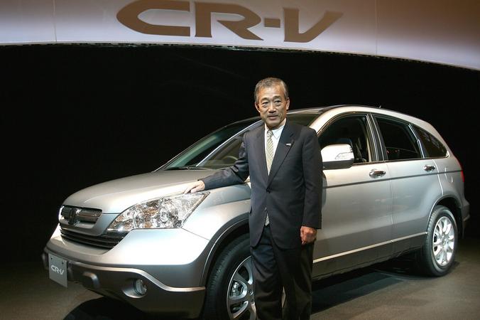 Президент «Хонда» Такео Фукуи позирует рядом с «Хонда» СR-V. Токио, Япония. Фото: Koichi Kamoshida/Getty Images | Epoch Times Россия