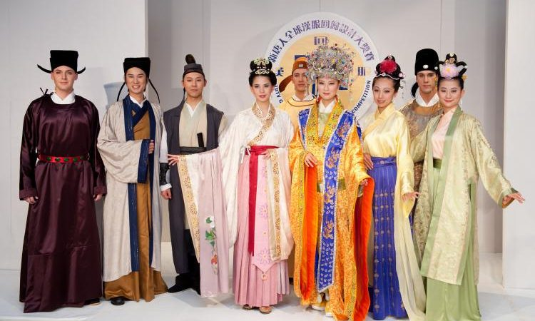Фото: Модели представляют костюмы победителей на третьем международном конкурсе по пошиву традиционной Ханьской одежды, проведенном телеканалом NTDTV. Фото: Дай БИН/Великая Эпоха/The Epoch Times   Epoch Times Россия