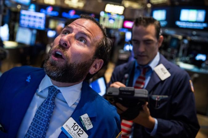 Трейдеры работают на Нью-Йоркской бирже 27 августа 2015 года, Нью-Йорк. Фото: Andrew Burton/Getty Images | Epoch Times Россия