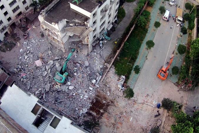Повреждённое здание через день после серии взрывов в уезде Лючэн в южно-китайской провинции Гуанси, 1 октября 2015 года. Фото: STR/AFP/Getty Images | Epoch Times Россия