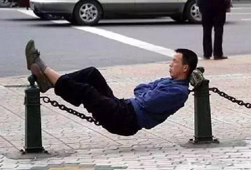 В Китае спать на скамейке в парке или на улице — незаконно, но не запрещается спать на цепочке. Фото: NTD | Epoch Times Россия