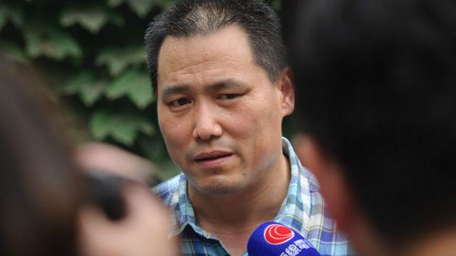 Правозащитник Пу Чжицян выступает перед СМИ в Пекине 20 июля 2012 г. 14 декабря 2015 г. начался суд над Пу за публикацию нескольких комментариев в китайском микроблоге Sina Weibo. Фото: Ed Jones/AFP/Getty Images | Epoch Times Россия