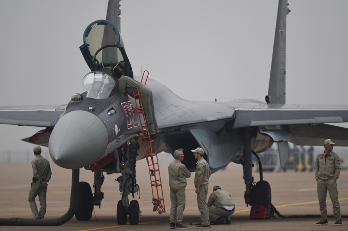 Истребитель Су-35 в Чжухай, Китай, 10 ноября 2014 г. Недавно Китай купил у России 24 самолёта Су-35. Фото: Johannes Eisele/AFP/Getty Images | Epoch Times Россия