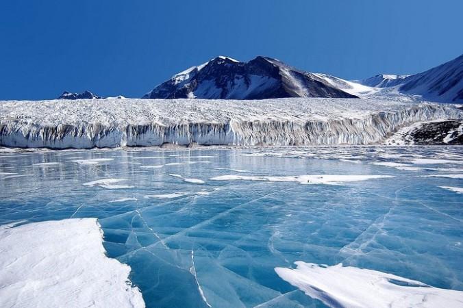 Россияне отправятся в Антарктиду рассматривать метеориты в «голубом льду»