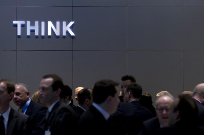 Посетители стоят у стенда IBM на технологической выставке CeBIT IT в Ганновере, Германия, 2 марта 2011 года. IBM предположительно показала свой программный код китайским агентам. Фото: Johannes Eisele/AFP/Getty Images   Epoch Times Россия