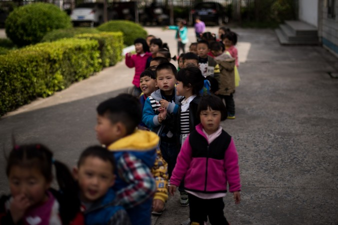 Дети во дворе средней школы в Жудуне, провинция Цзянсу, 17 апреля 2015 года. Фото: JOHANNES EISELE/AFP/Getty Images   Epoch Times Россия