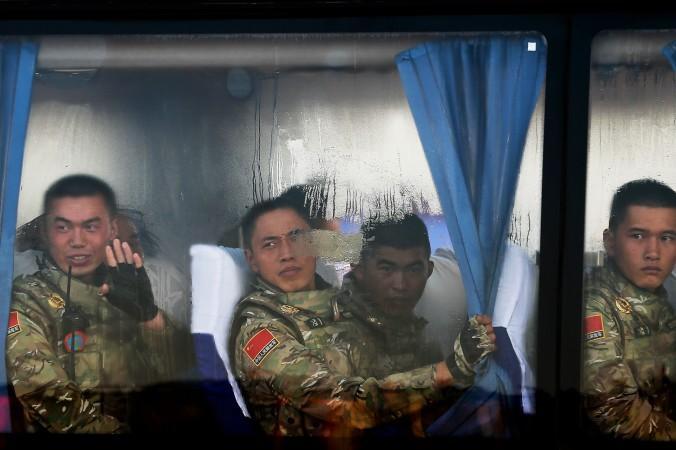 Солдаты НОАК приехали на площадь Тяньаньмэнь 3 сентября в Пекине. Китайские власти планируют реструктуризацию в армии, чтобы усилить контроль над военными хакерами. Фото: Andy Wong — Pool/Getty Images | Epoch Times Россия