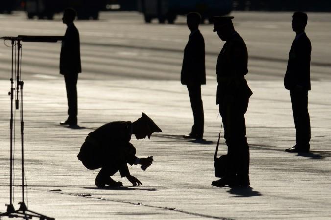 Китайский солдат наносит разметку перед военным парадом на площади Тяньаньмэнь 3 сентября 2015 г. 29 декабря 27-я армейская часть в Пекине, печально известная участием в подавлении демонстраций на Тяньаньмэнь 4 июня 1989 г., была расформирована, реорганизована и переведена в соседнюю провинцию Шаньдун. Фото: Wang Zhao/AFP/Getty Images   Epoch Times Россия