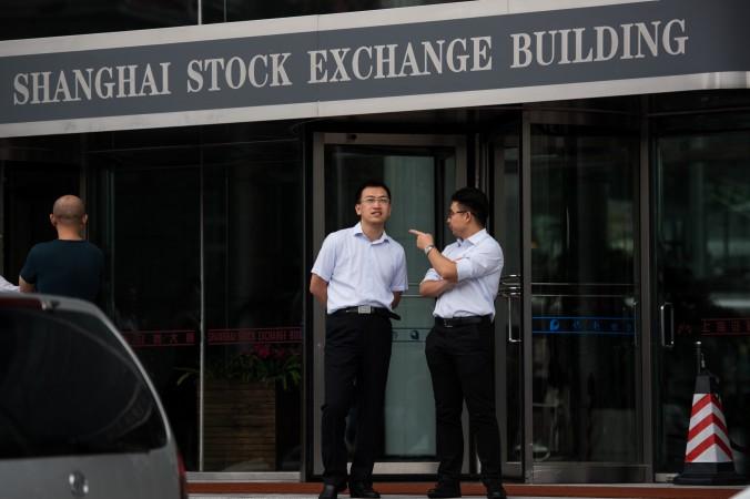 Вход на шанхайскую биржу в финансовом районе Луцзяцзуй, 22 сентября. Фото: Johannes Eisele/AFP/Getty Images   Epoch Times Россия