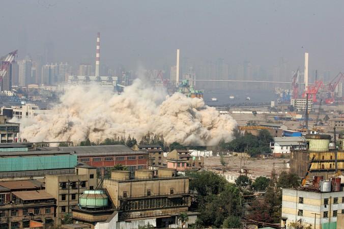 При помощи взрывчатки сносится высотное здание, чтобы расчистить место для строительных работ на Shanghai World Expo. Шанхай, 8 ноября 2006 г. Фото: China Photos/Getty Images   Epoch Times Россия