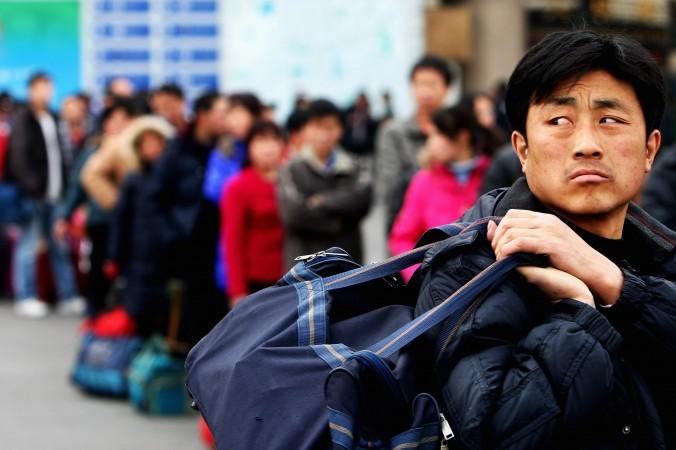 Рабочие-мигранты на Западном железнодорожном вокзале в Пекине. Фото: Guang Niu/Getty Images | Epoch Times Россия
