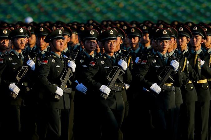 Солдаты Китайской народно-освободительной армии отрабатывают марш перед военным парадом 3 сентября 2015 года в Пекине, Китай. Фото: Andy Wong/Getty Images | Epoch Times Россия