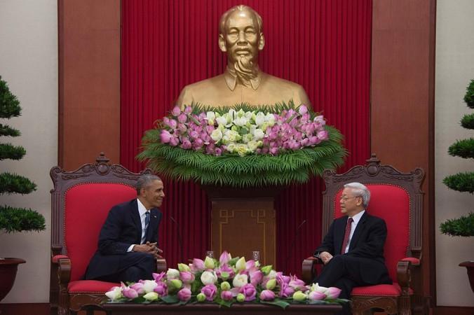 Президент США Барак Обама встретился с генеральным секретарём коммунистической партии Вьетнама Нгуен Фу Чонгом в Ханое 23 мая 2016 г. После того, как Обама снял эмбарго на продажу оружия Вьетнаму, Китай неожиданно дал этому позитивную оценку. Фото: Jim Watson/AFP/Getty Images | Epoch Times Россия