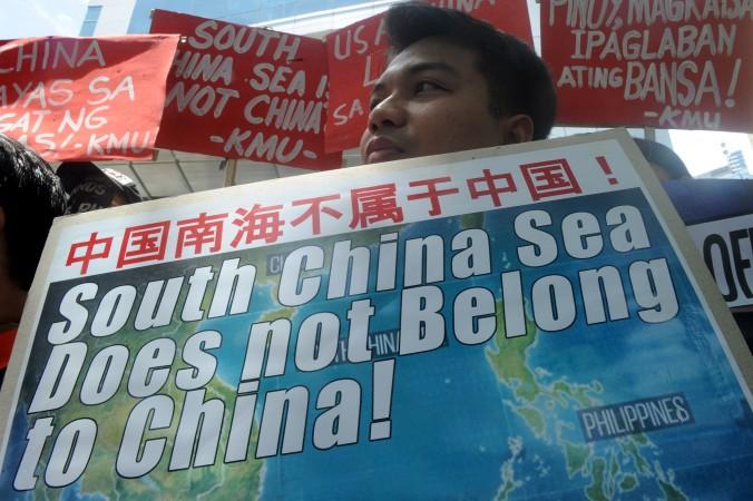 Активисты протестуют у китайского консульства в Маниле, Филиппины, 7 июля 2015 г., против территориальных притязаний Китая в Южно-китайском море. Надпись на плакате: «Южно-китайское море не принадлежит Китаю». Фото: Jay Directo/AFP/Getty Images | Epoch Times Россия