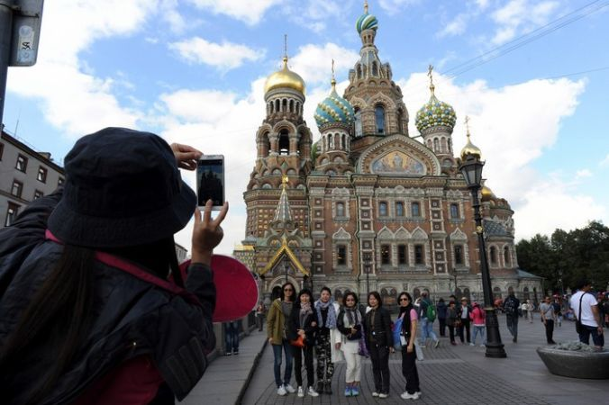 Китайские туристы в Санкт-Петербурге. Фото: OLGA MALTSEVA/AFP/Getty Images | Epoch Times Россия