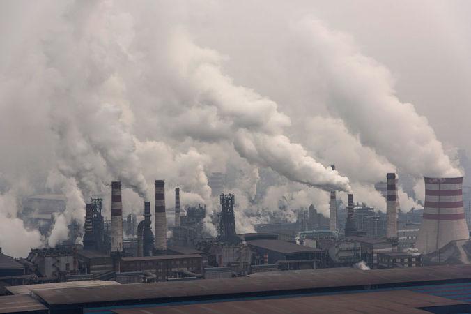 Общий вид на сталелитейные заводы корпорации Shougang 20 января 2016 года в Таншане, Китай. Фото: Xiaolu Chu/Getty Images) | Epoch Times Россия