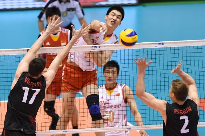 Китайский волейболист Гэн Синь (№ 11) во время отборочной игры на Олимпиаду в Рио-де-Жанейро. Токио, 5 июня 2016 года. Фото: Toru Yamanaka/AFP/Getty Images | Epoch Times Россия