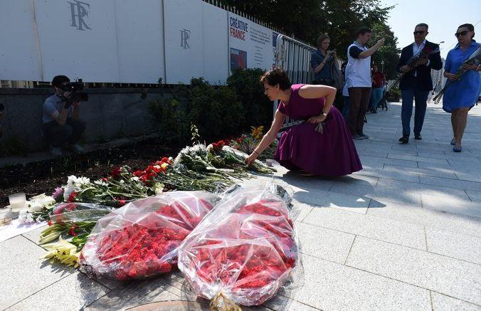 Люди возлагают цветы у посольства Франции в Москве в память о жертвах теракта в Ницце 14 июля  2016 года. Фото: VASILY MAXIMOV/AFP/Getty Images | Epoch Times Россия