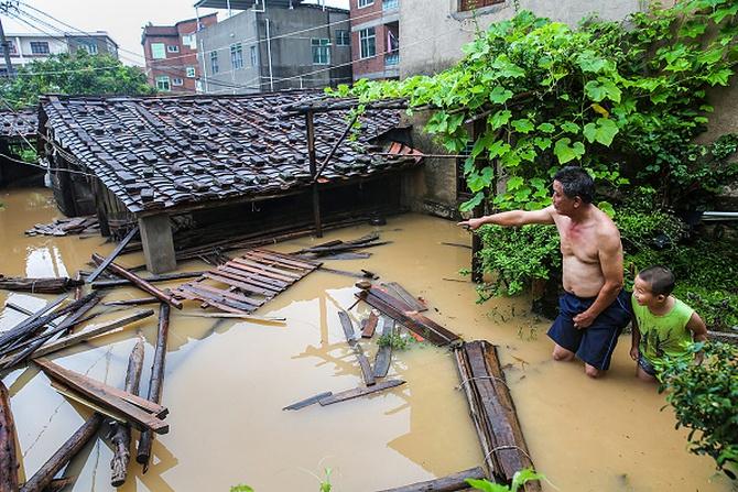 Последствия тайфуна «Непартак». Провинция Фуцзянь, Китай. Июль 2016 года. Фото: STR/AFP/Getty Images | Epoch Times Россия