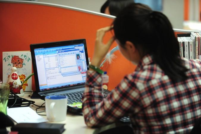 Сотрудница одной из китайских фирм в Пекине, 4 февраля 2010 года. Фото: Frederic J. Brown/AFP/Getty Images | Epoch Times Россия