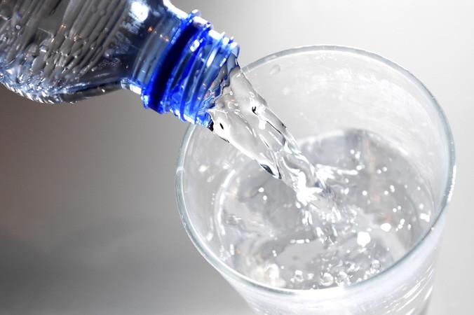 Такая вода противостоит эффектам алюминия. Исследования доказали, что употребление 1 литра кремниевой воды в день, содержащей 30 мг кремния, позволяет выводить алюминий из организма с мочой. Фото: FRANCK FIFE/AFP/Getty Images   Epoch Times Россия